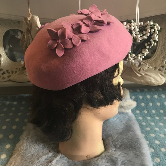 1940s pink wool felt hat with appliqué flowers. V… - image 3