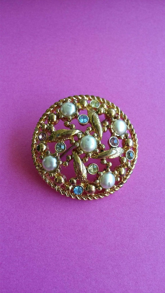 Vintage Retro Ladies Brooch - Faux Pearls - Glass Rhinestones Crystals Bling - Gold Toned - Very beautiful!