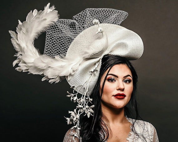 White Peacock Feather Formal Fancy Hatinator Bird Dinner en Blanc Winter Kentucky Derby Ascot Melbourne Preakness Horse Races Fascinator