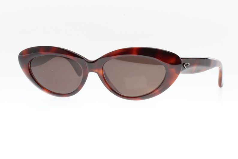 Cat eye tortoise sunglasses. Fifties rockabilly pin up shape. A bit oval shape