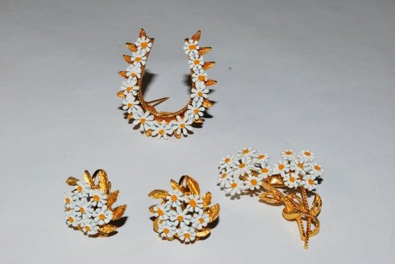 Wonderful 1960's Set of Daisy Pins and Earrings