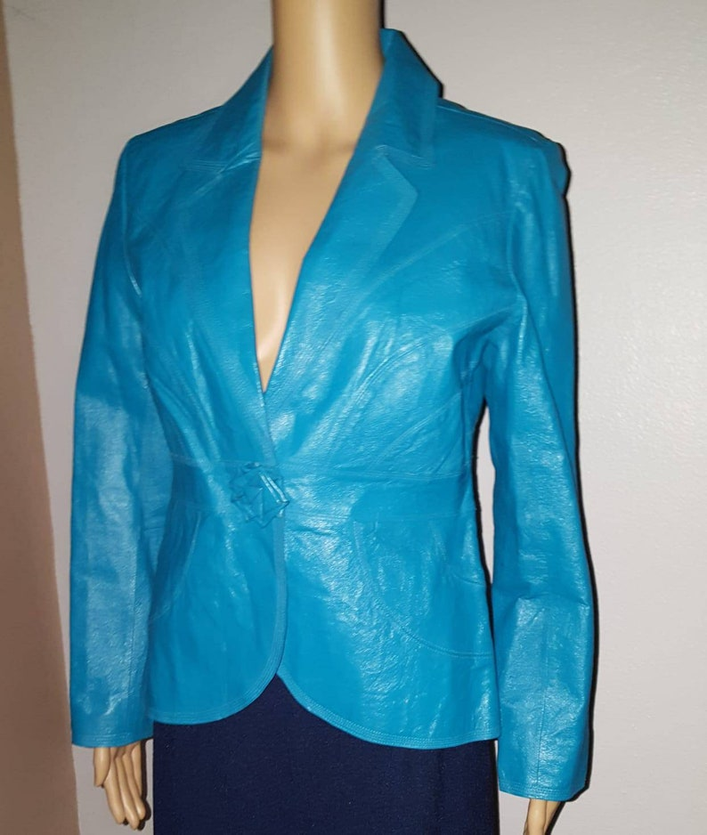 W00160 Kurzarm Design blau schwarze Damen Lederjacke aus Lammleder mit Laseranwendungen
