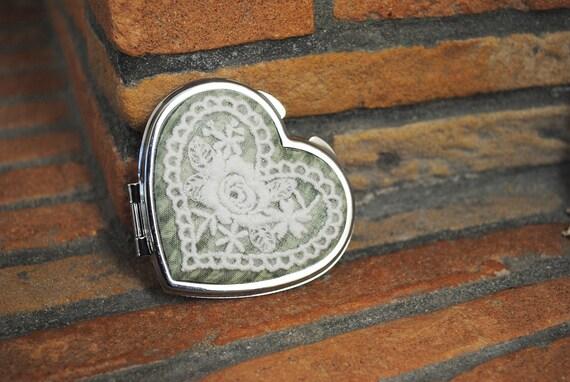 Specchio cuore con applicazione di pizzo panna su tessuto - Specchio a cuore ...