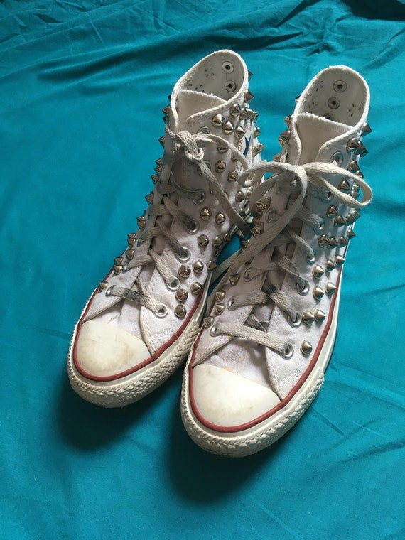 White vintage Studded Converse All Star Hi Top Trainers, 90's Skate Shoes, Punk Studs Grunge, Uk 5. États Unis 7