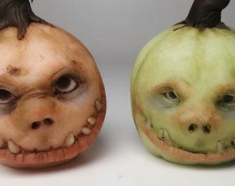 2 Glow-in-the-dark Halloween pumpkin figurines - Jack o'lanterns