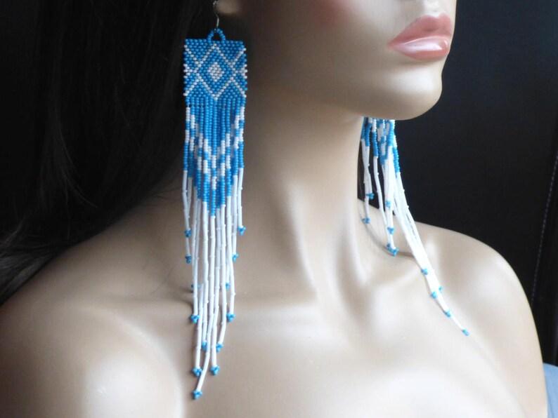 b184a42d2c8f Pendientes muy largos. Pendientes azules y blancos. Nativo