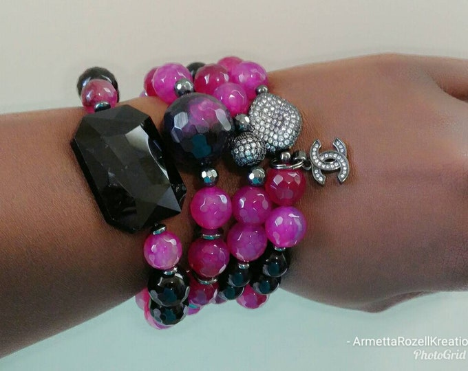 Pink Agate Agate Crystal Bracelet with Black Jade Focal Bead. Beaded Stretch Bracelet. Gemstone healing jewelry. Natural Stone.