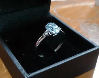 Natural aquamarine ring with pair of diamonds. 18kt white gold