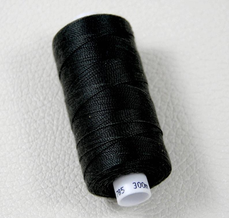 petite bobine de fil pour coudre chaussure