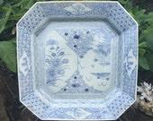 1700s 万字 SWASTIKA 菊 Kiku Chrysant Chrysanthemum Charger Ko-Imari Hakkakuzara Sometsuke Sengaki Sansui Porcelain Plate Signed Qing