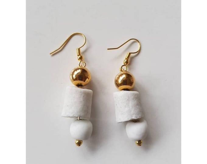 Gold plated. White recycled glass beads from Ghana, Africa. Jewelry handmade in Denmark. Sustainable fashion.