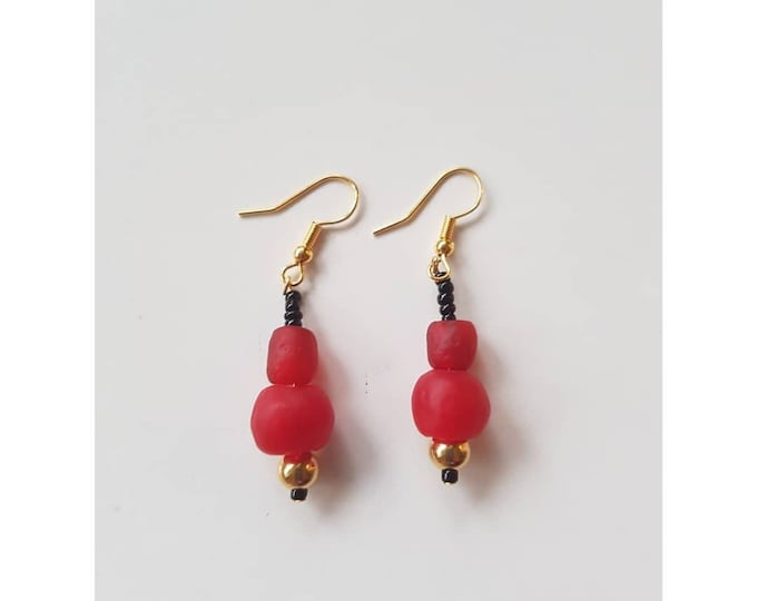 Gold plated. Red recycled glass beads from Ghana, Africa. Jewelry handmade in Denmark. Sustainable fashion.