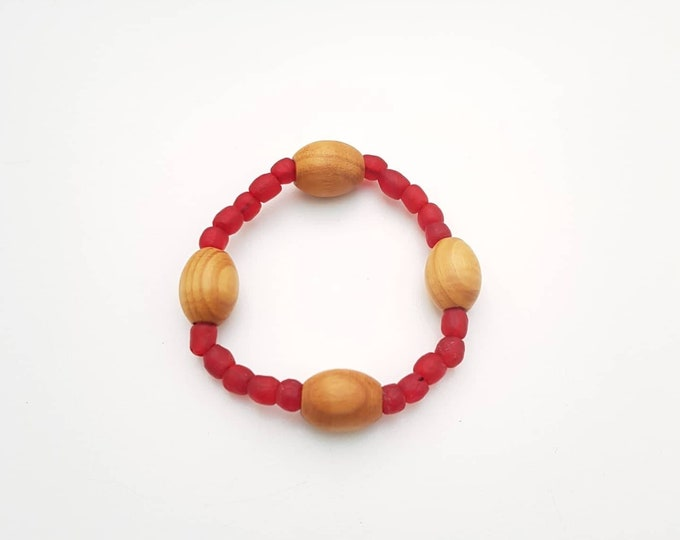Recycled beads bracelet. Red recycled glassbeads from Ghana. Jewelry handmade in Denmark. Sustainable fashion.