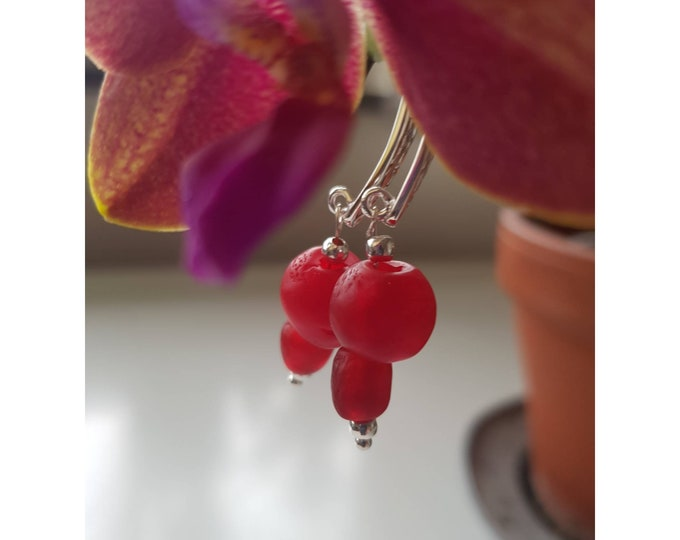 Hammered sterling silver. Red recycled glass beads from Ghana, Africa. Sustainable jewelry handmade in Denmark.