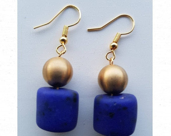 Gold plated. Recycled glass beads from Ghana, Africa. Jewelry handmade in Denmark. Sustainable fashion. Glass perl unique boho earrings.