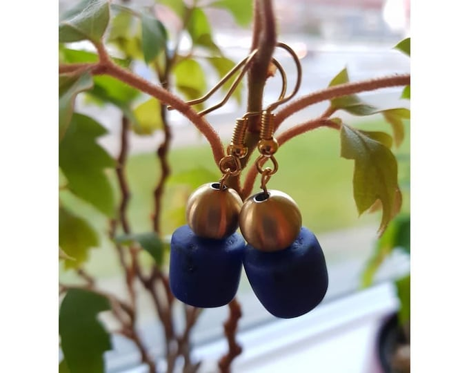 Gold plated. Recycled glass beads from Ghana, Africa. Jewellery handmade in Denmark. Sustainable fashion.