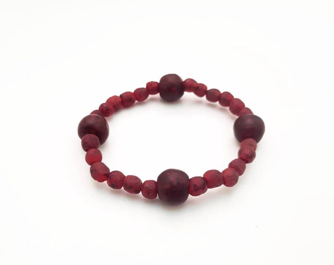 Recycled beads bracelet. Red recycled glassbeads from Ghana, Africa. Jewelry handmade in Denmark. Sustainable fashion.