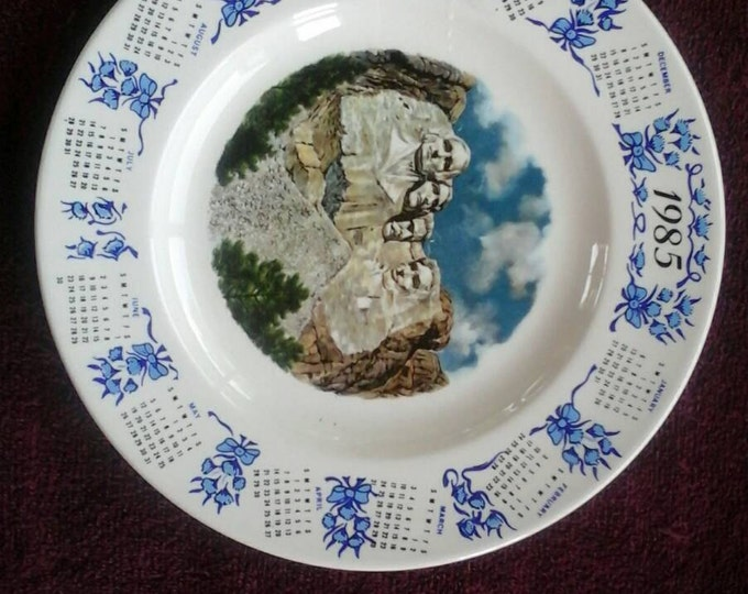 Vintage 1985 Mt Rushmore Calendar Collector Blue Beige Cream Decorative Souvenir 10 Inch Wall Plate