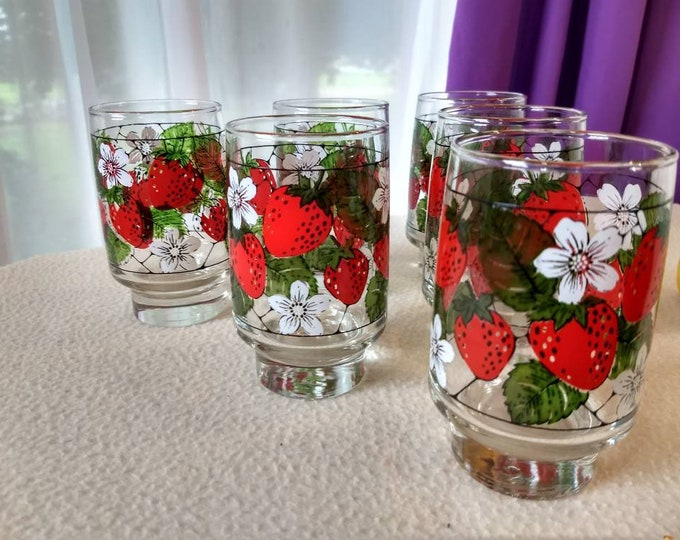 Set Of 7 Strawberry Tumbler Glasses By Libbey Strawberry White Flower Pattern Red Retro Kitchen Decor Red and White Strawberry Patch