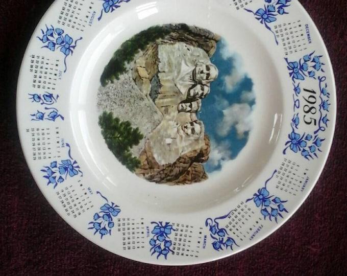 Vintage 1985 Mt Rushmore Calendar Collector Blue Beige Cream Decorative Souvenir 10 Inch Wall Plate