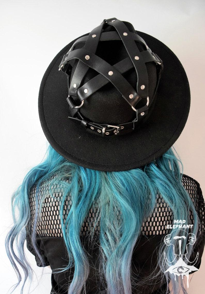 f5be496aa5 En feutre fedora chapeau avec harnais pentagram en cuir noir | Etsy