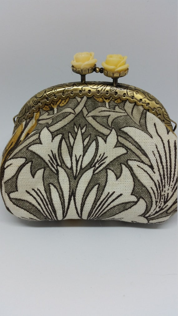 CP593. Small puffy coin purse. William Morris design fabric