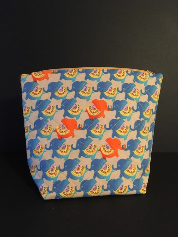 S - 764 Large wash bag featuring elephant design