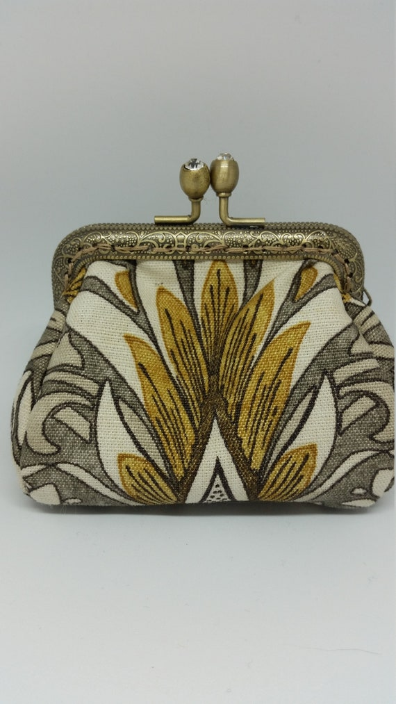 CP594. Small puffy coin purse. William Morris design fabric