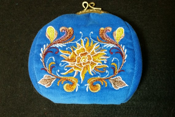 CP131   Coin purse with chrysanthemum design