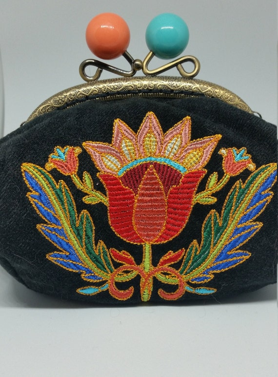 CP668.   The Textured Traditions Jacobean Flower design large coin purse.