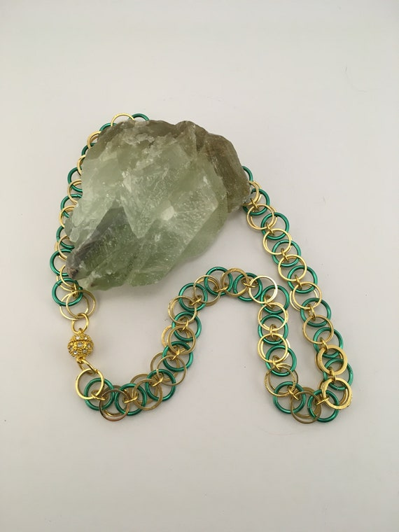 SN - 002 Chainmaille necklace in green and gold. With magnetic clasp