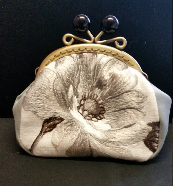 CP561. Silver grey flower coin purse.