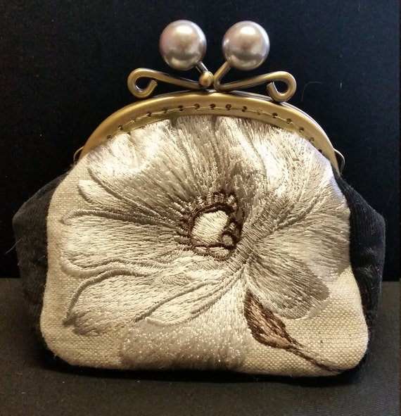 CP560. Silver and black flower coin purse.
