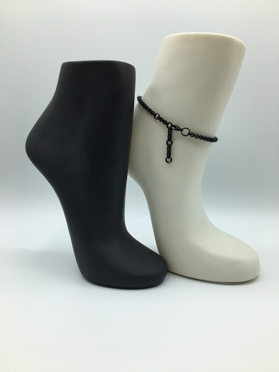 S - 068 Anklet in black. Stylish chainmaille