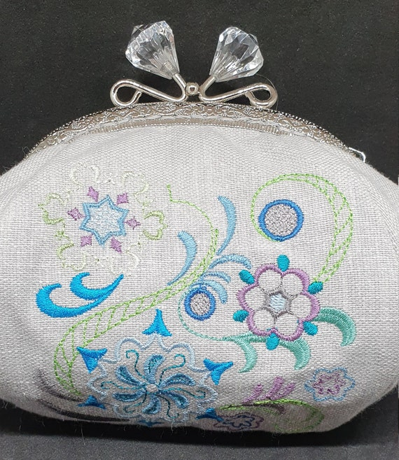 CP750.       The  Jacobean Snowflake design purse