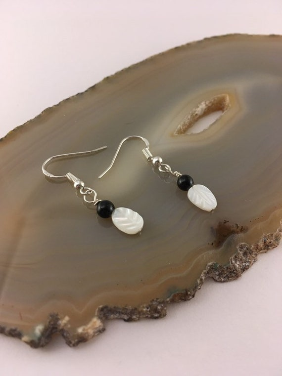 S - 561 Earrings in monochrome with mother of Pearl and black onyx