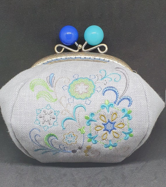CP751.       The Jacobean flowers design purse