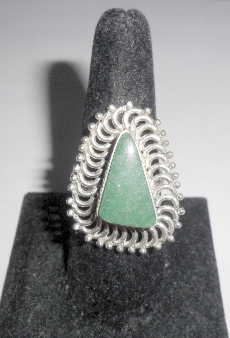 Cool unusual vintage modernist style ladies' sterling silver triangle  shaped ring with green stone size 8 1/2
