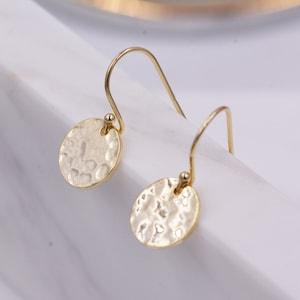 I05 Ohrring Sterling Silber gehämmerte Scheibe mit Tropfen aus grauem Achat