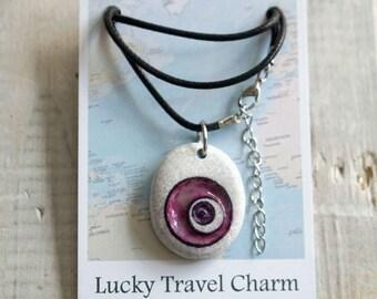 Reisamulet // Gegraveerde stenen hanger // Lucky Travel Charm // cadeau voor reiziger // gelukshanger // cirkels // amulet tegen boze oog