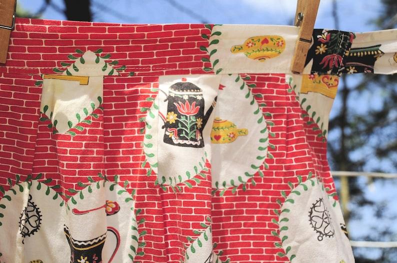 VTG 60/'s  Heart Colonial Print  Cotton Half Hostess Apron  Kitchen Kettles Bricks Cups