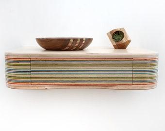 Schwimmende Regal Aus Birkensperrholz Und Recycelt Skateboards, Nacht  Stehen, Eingang Tisch, Haus Und Wohnen, Holzmöbel