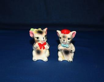 Vintage Ceramic Cat Salt and Pepper Shakers Hand Painted Pottery Figurines Cat Figures Knick Knack Figurine Shaker Figure