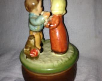 Boîte à musique vintage avec enfants jouant au poulet