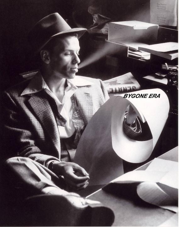FRANK SINATRA POSES FOR MUG SHOT IN 1938-8X10 PHOTO FB-486