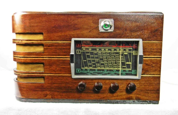 International Kadette 790 1939 Table Radio With AM SW And
