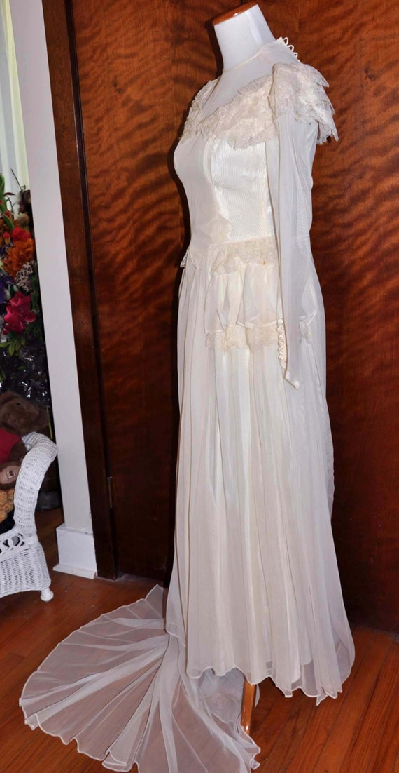 Vintage 1920's White/Vanilla Wedding Gown With Lo… - image 4