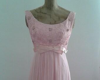 05bb5ff6b56 Années 1960 bébé rose robe en mousseline de soie Flowy bal formelle robe  ruban travail corsage Empire taille Sz Small