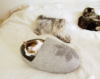 Felted pet bed with a star design - wool dog bed - felt cat cave - felt cat bed - modern dog bed - pet furniture