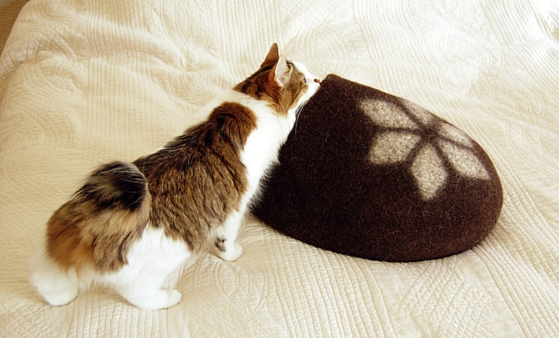 Felted cat furniture  Pet bed dark brown with white geometric image 0